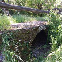 Arroyo que atraviesa el lugar y puente de piedra