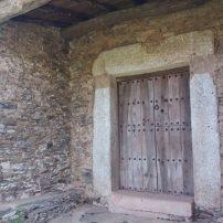 Antigua entrada original, tal cual, protegida por el porche