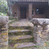 Otra entrada por un bancal y pequeño jardín