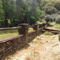 Solo piedra en muros, puente y canalización del arroyo