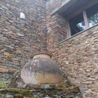 Desde el exterior se aprecia ancho de muros y protección de ventanas