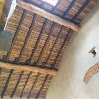 Techo en bastante altura que da luz a entrada principal y antiguo zaguan