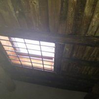 Claraboya con reja, situada en el tejado