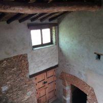 Vista desde arriba, de entrada antigua, puerta a la bodega, lagareta, e inicio de escalera a segunda planta
